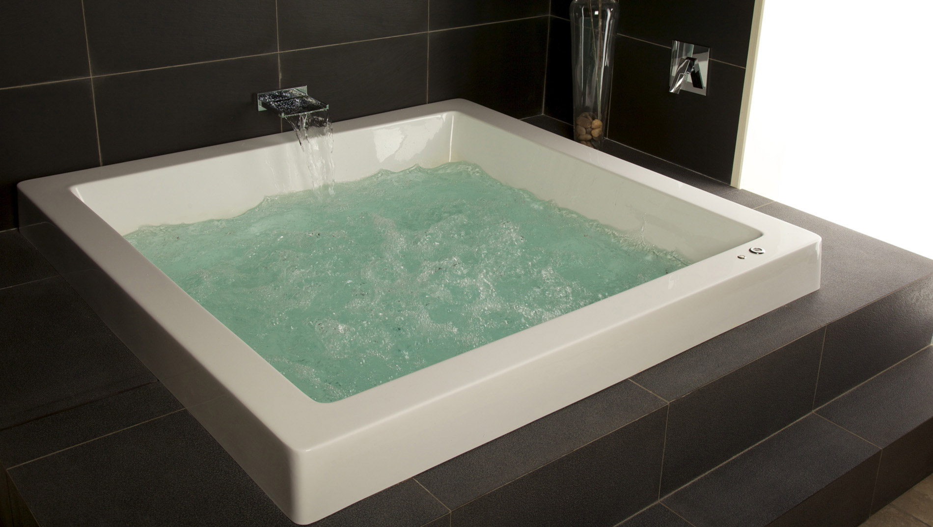 Famous spa for tub crest custom bathtubs for Whirlpool baths pros and cons